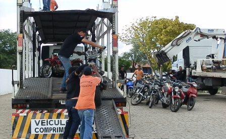 Caminhões são utilizados na retirada de motos do Detran em Afogados
