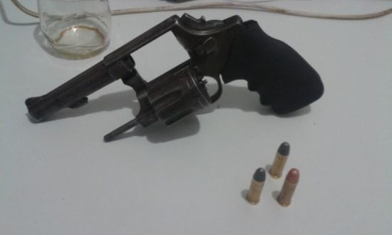 Homem acusado de porte ilegal de arma de fogo e dano à residência em Tabira