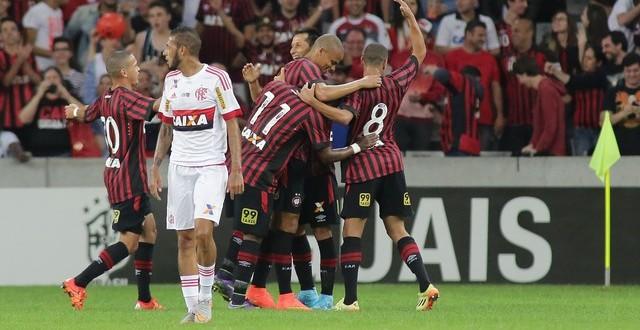 Sem técnico e sem objetivo, Flamengo é atropelado pelo Atlético-PR em Curitiba