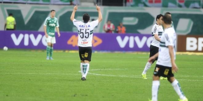 Em dois contra-ataques, Coritiba bate o Palmeiras e respira no Brasileirão