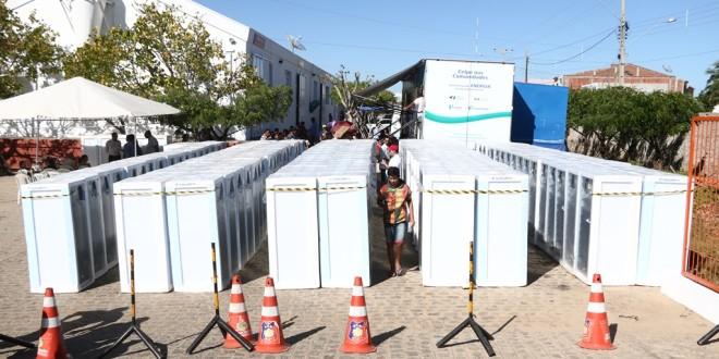 Moradores de Afogados recebem lâmpadas e geladeiras mais econômicas