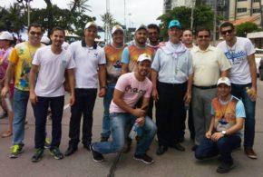 Católicos participam de ato na orla de Boa Viagem e ajudam crianças com microcefalia; Dom Egidio participou juntamente com seminaristas