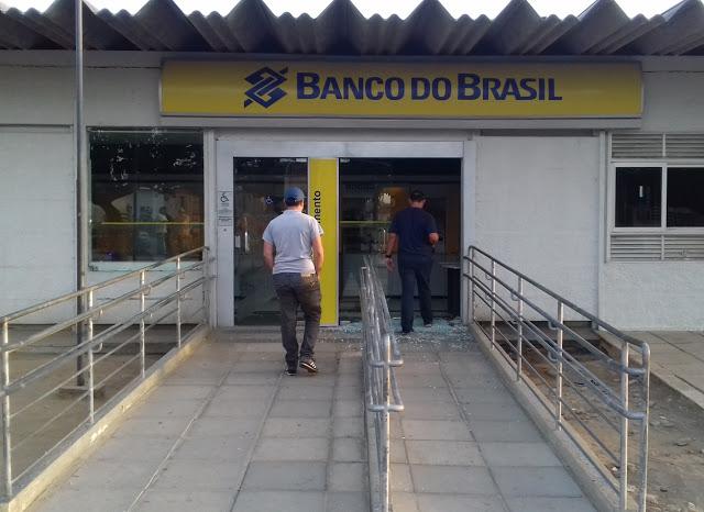 Em Itapetim bandidos explodem agência do Banco do Brasil e atacam a polícia