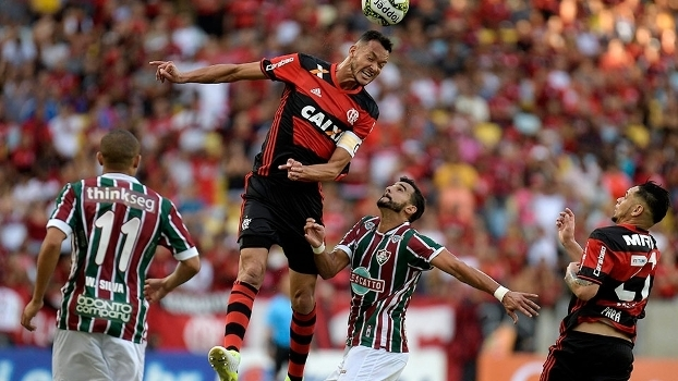 Com falha bizarra de zagueiro do Flu, Flamengo vence 1º jogo da final do Carioca